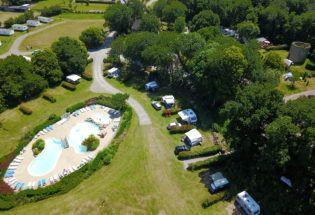 espace aquatique vu du ciel et emplacements de camping-caravaning Balcon de la Baie